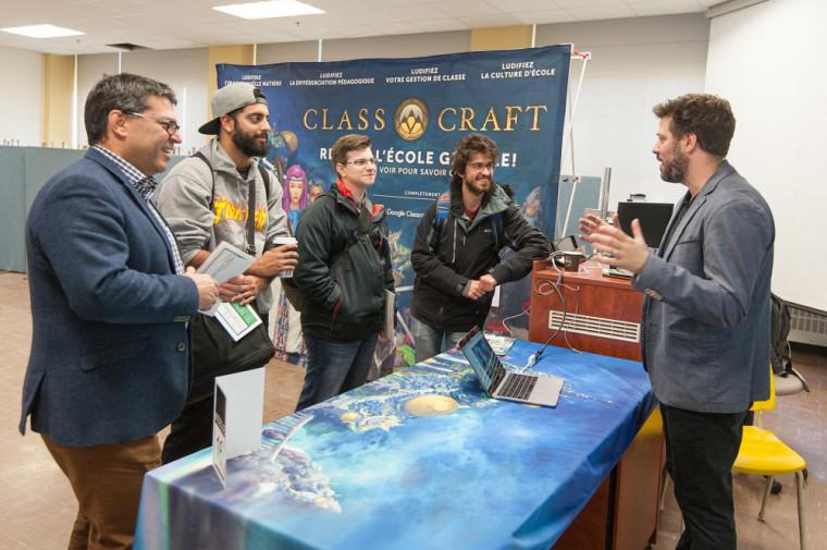 L'ambassadeur, diplômé de la Faculté d'éducation et créateur du jeu Classcraft, Shawn Young, discutant avec des visiteurs dont le doyen de la Faculté d'éducation, Pr Serge Striganuk.