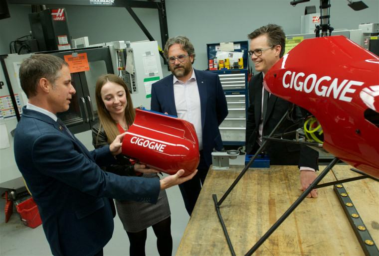 L'étudianteen génie mécanique Rosemarie St-Yves Ferron, représentante de l'équipe Cigogne, gagnante du grand prix Invention de l'édition 2018 duconcours Createk.