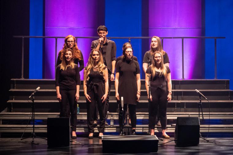 Le dévoilement s'est déroulé au rythme du groupe vocal Sherbellas, le premier ensemble a capella officiel à l'UdeS.