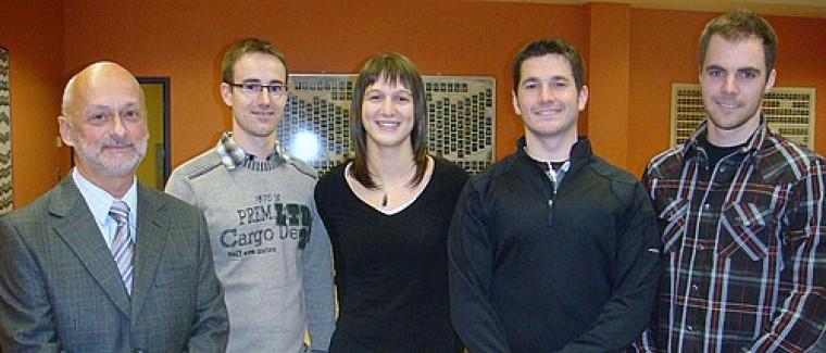 Le professeur Daniel Poisson en compagnie de l'équipe gagnante composée de Steeve Cabana,Geneviève Magner, Sébastien Alix et Maxime Hawey