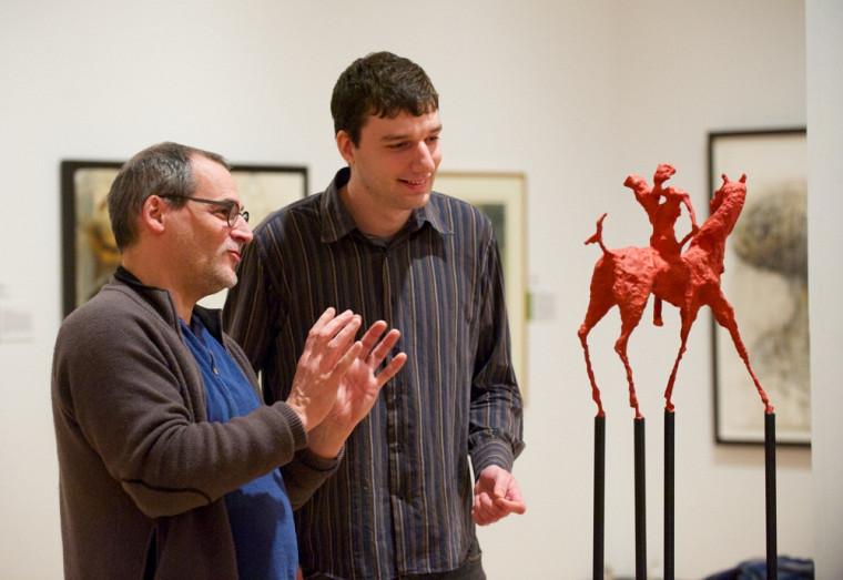 Le vice-recteur au développement durable, Alain Webster, visite l'exposition Territoires imaginés en compagnie de l'étudiant Jean-François Ouellet, qui travaille sur un répertoire de legs artistiques durables pour Loto-Québec.