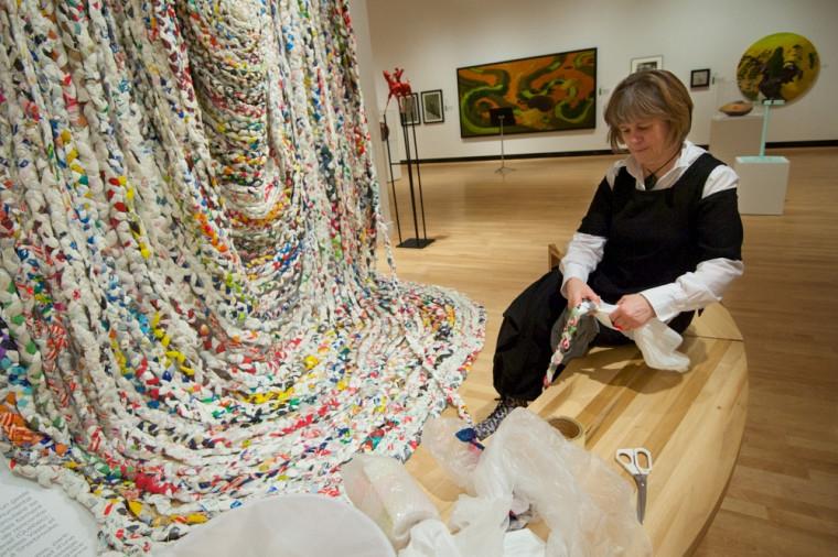 Le public est invité à tresser des sacs de plastique pour contribuer à l'oeuvre participative de l'artiste Giorgia Volpe.