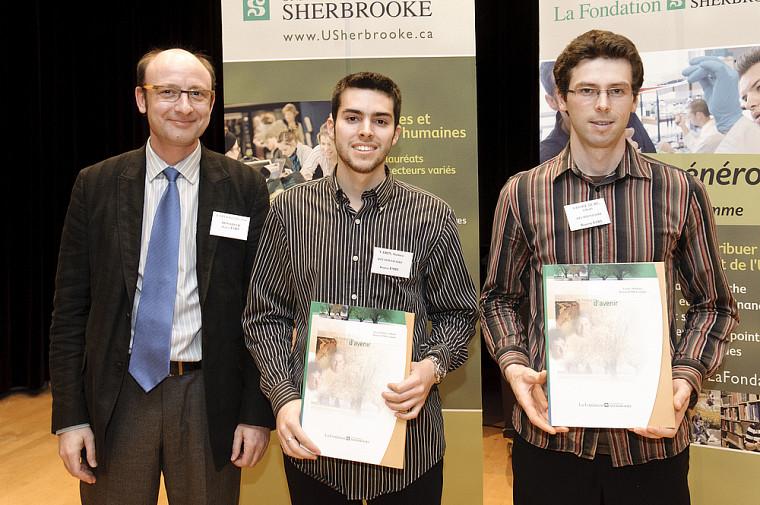 Les récipiendaires de la bourse ESRI Canada, Mathieu Varin (gauche) et Ashenti Savoie Dubé (droite), accompagnés de Denis Laperrière, analyste d'affaires chez ESRI Canada.