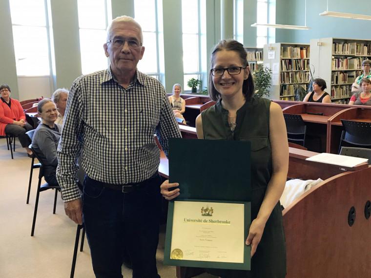 Robert Harvey, membre du jury, et Annie Tanguay, lauréate du premier prix. La lauréate du second prix, Katheryn Tremblay, était absente lors de la cette cérémonie.