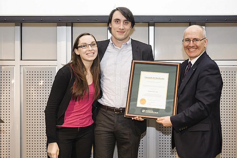 Frédéric Grenon-Assal reçoit le Prix Audace des mains de Martin Buteau, vice-recteur aux ressources humaines et à la vie étudiante, en compagnie d'Isabelle Owston, étudiante.