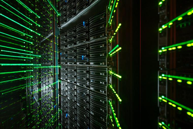 Le Centre de calcul scientifique de l'UdeS gère le superordinateur Mammouth et participe à un réseau canadien de superordinateurs.