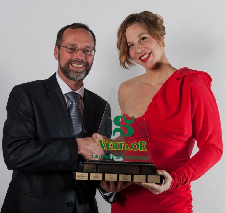 Isabelle Chaput a reçu le prix de l'étudiante athlète de l'année des mains du vice-recteur adjoint au cabinet de la rectrice M. Jacques Viens.