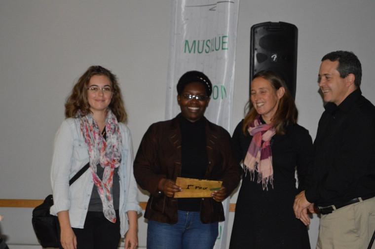 Remise du premier prix à l'équipe du G6 représentée par Josélyne Nshimirimana et sa collègue de secteur.