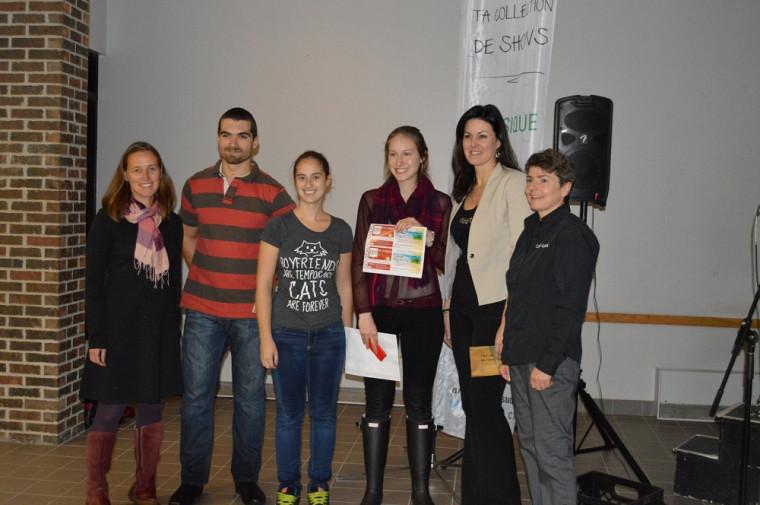 Remise du troisième prix et prix de la Coopérative de l'Université de Sherbrooke à l'équipe du E2-3000 représentée par Camille Désilet et ses collègues de secteurs.