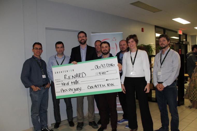 Le gagnant, François Grondin, en compagnie des membres du jury du concours Createk10k.