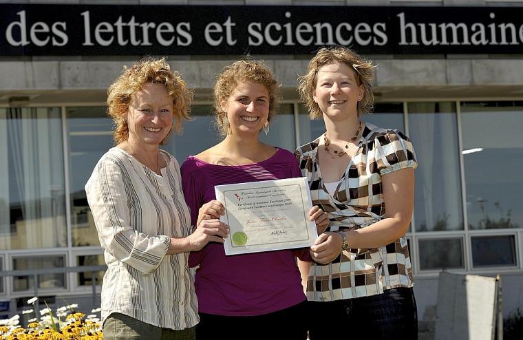 Justine Fortin-Chevalier, au centre, étudiante au baccalauréat en psychologie a reçu le Certificat d'excellence académique de la Société canadienne de psychologie. Elle est entourée de Jeannette Leblanc, directrice du Département de psychologie et la professeure Audrey Brassard.