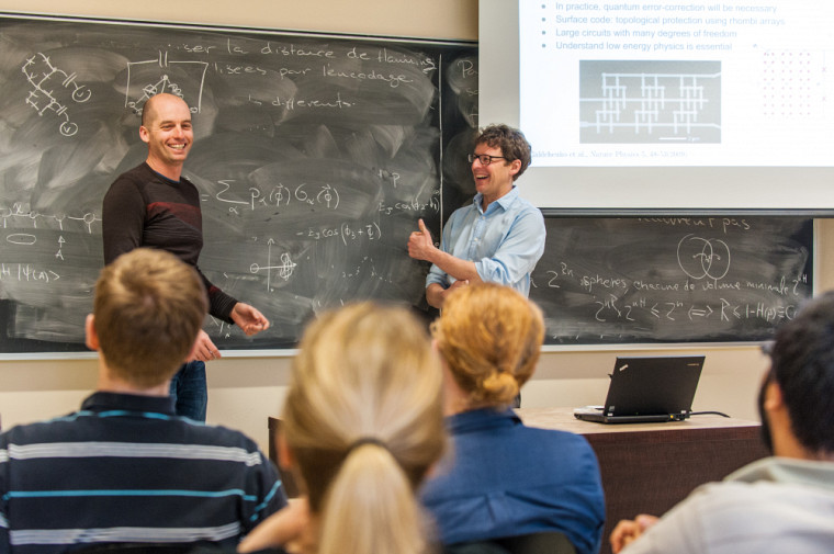 Les physiciens David PoulinetAlexandre Blais.