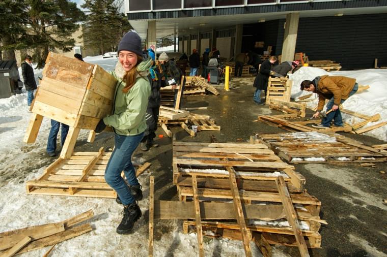 Dans le cadre de la Quinzaine du développement durable, plusieurs étudiantes et étudiants de l'UdeS ont fabriqué des meubles lors de l'événement «Sauve une palette».