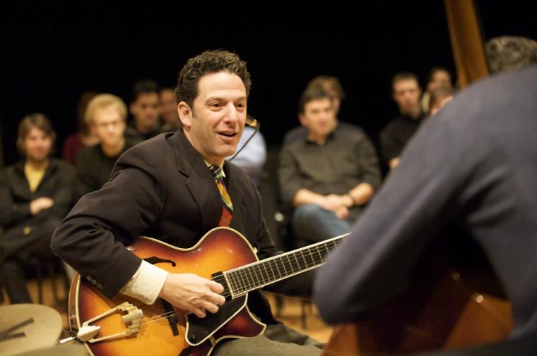 John Pizzarelli lors de son passage à l'École de musique de l'UdeS.