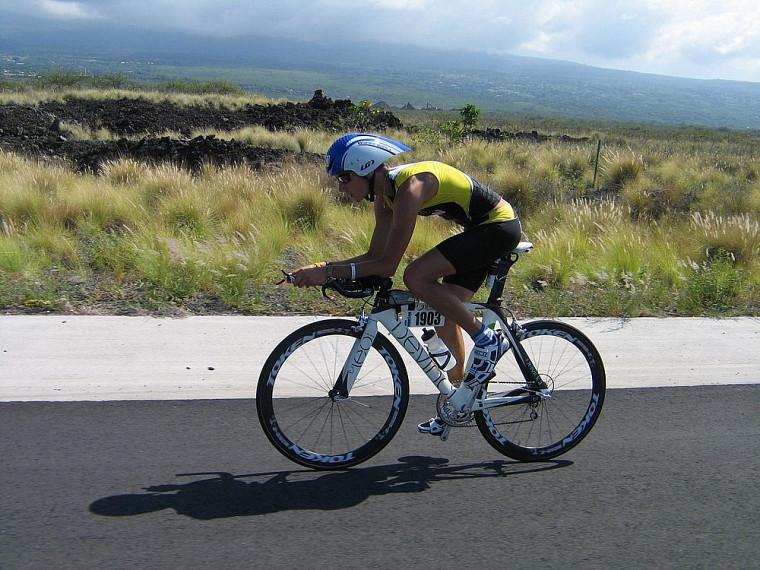 À vélo, le triathlète devait rester concentré pour ne pas tomber en raison des vents latéraux de 60 à 80km/h.