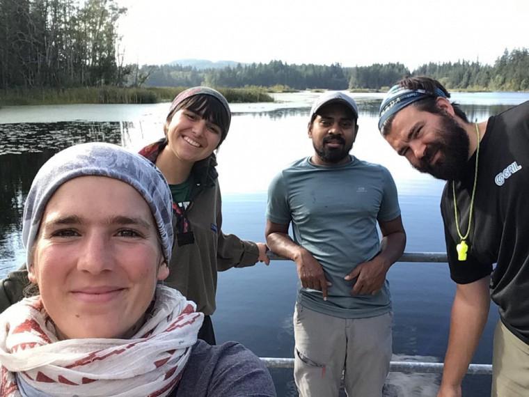 Lisa Lahens (Ph.D. UdeS chimie), Sarah Filbotte (B.Sc. UdeS Ecologie), Yudhistir Reddy (Ph.D. UQAM) et Bruno Cremella (Ph.D. géomatique) de l'Équipe Jaune.