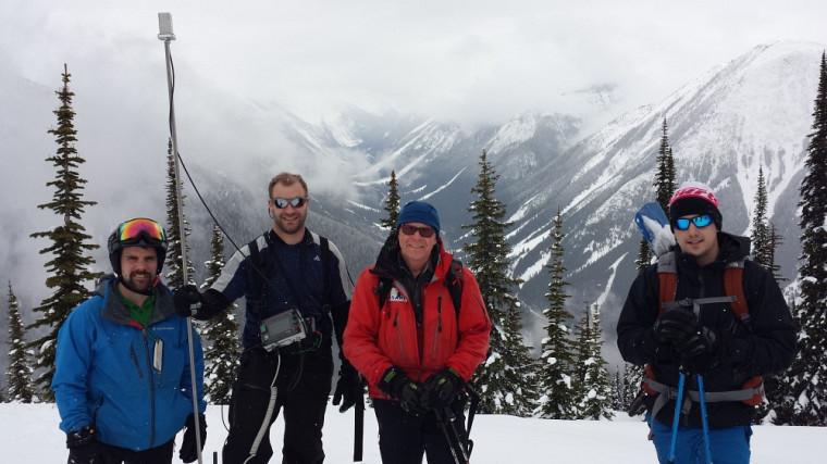L'étudiant Jean-Benoît Madore, le professeur Alexandre Langlois, le professeur Bruce Jamieson (Université de Calgary) et l'étudiant Kevin Côté dans les Rocheuses.