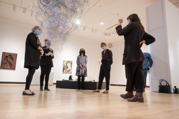 Les participantes, échangeant ensemble après avoir parcouru les œuvres de l'exposition Demain en main.