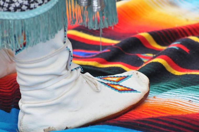 L'Exercice des couvertures remet en contexte l'histoire des autochtones au Canada.