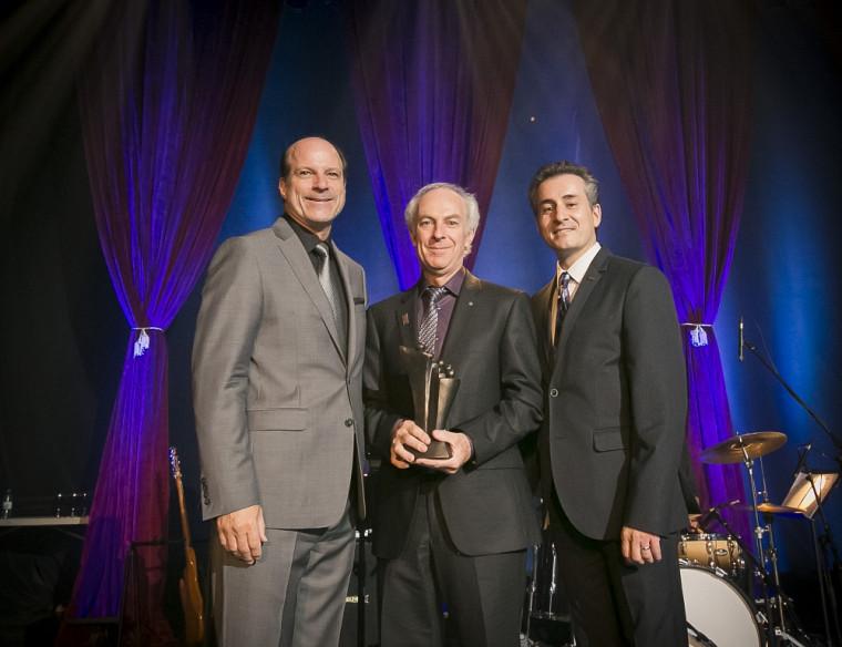 Roger Lecomte lors de la remise de son prix Carrière au dernier gala des Prix d'excellence du C.A. du CHUS. À ses côtés, Jacques Fortier, président du C.A. du CHUS, et le DrStéphane Tremblay, directeur général du CHUS.