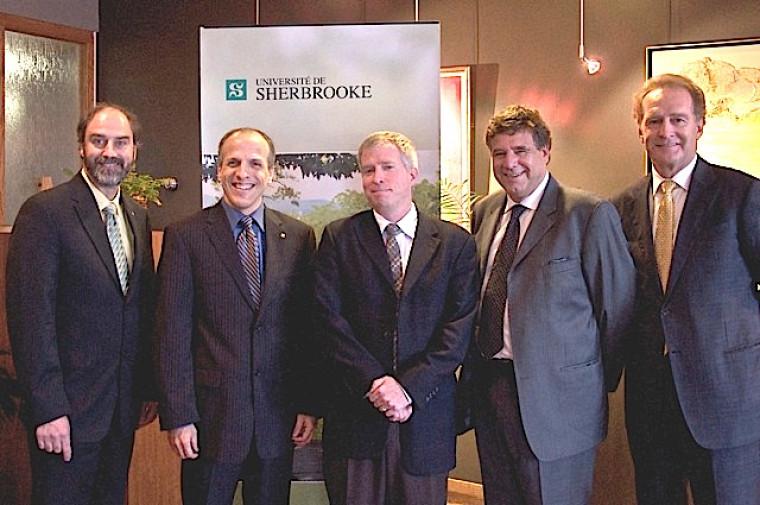 Au centre, le professeur André Carpentier entouré des dignitaires présents lors de l'annonce de la création de la nouvelle chaire.