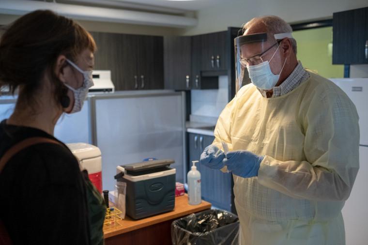 Les tests de dépistage se font au centre, et c'est la Direction de la santé publique qui transmet les résultats par la suite à la personne.