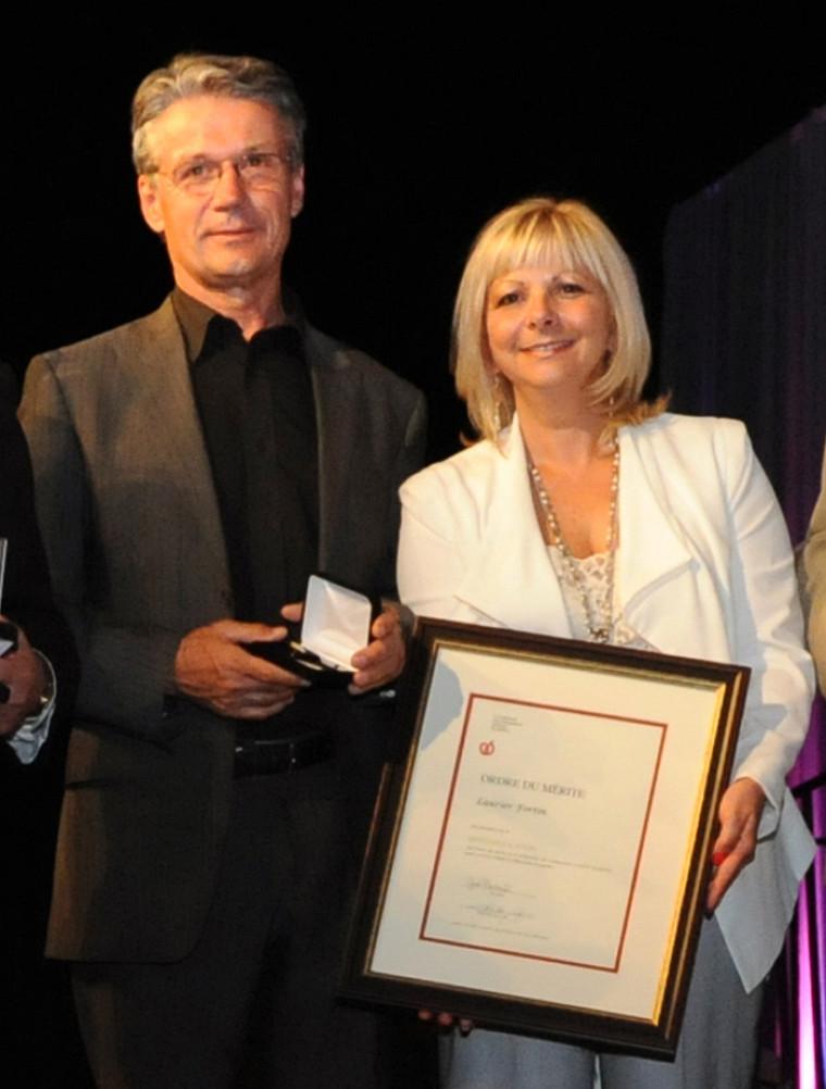 Le professeur Laurier Fortin est accompagné de la présidente de la FCSQ, Josée Bouchard, au moment de la remise de la Médaille d'or de l'Ordre du mérite.