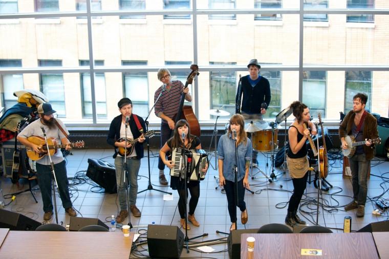 Le groupe Canailles était en spectacle à la cafétéria du Pavillon multifonctionnel, en septembre 2012, dans le cadre de la série Arrière Cours.