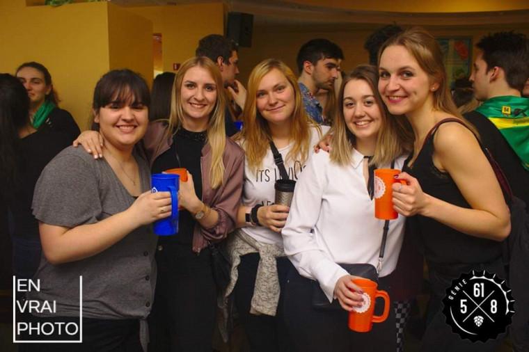 Melany (au centre) dans un 5 à 8 avec ses trois filleules allemandes et une amie québécoise.