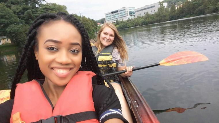 Melany avec safilleule camerounaise lors de sa première journée à Sherbrooke.