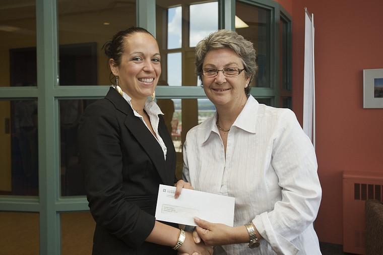 Élaine Charest en compagnie de la professeure Andrée-Anne Chénier