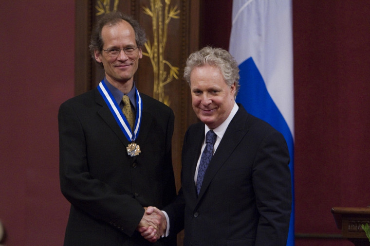 Louis Taillefer a reçu le titre d'officier de l'Ordre national du Québec par le premier ministre Jean Charest lors d'une cérémonie à l'hôtel du Parlement.