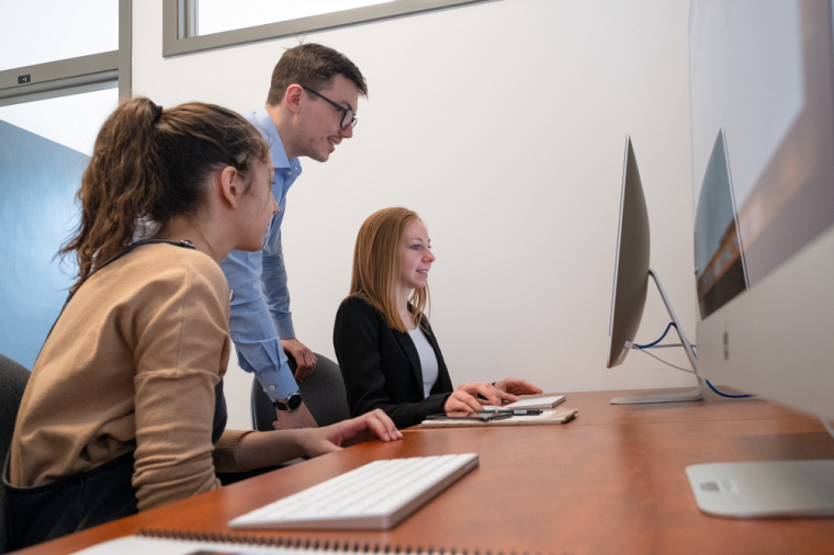 Des étudiantes à l'œuvre au sein de la nouvelle agence-école de l'Université de Sherbrooke.