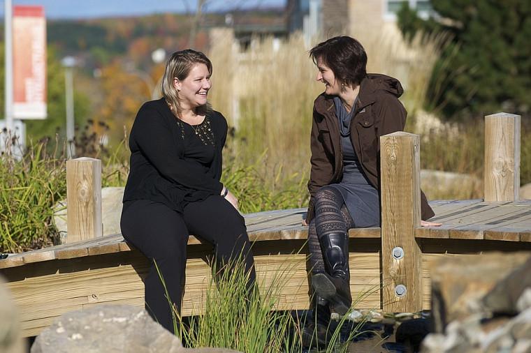 Carine Villemagne (à droite), professeure à la Faculté d'éducation, et Justine Daniel, professionnelle de recherche diplômée à la maîtrise en environnement de l'UdeS, ont mené un projet de recherche visant le développement de l'implication sociale et environnementale d'adultes en processus d'alphabétisation dans leur milieu de vie.