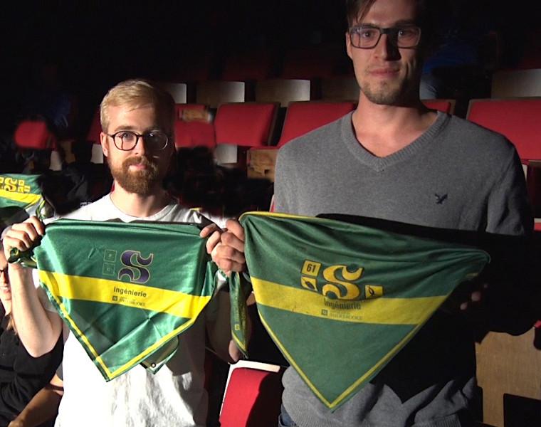 Le fameux bandana Vert et Or de la Faculté de génie de l'UdeS arboré fièrement par deux étudiants au baccalauréat en génie informatique