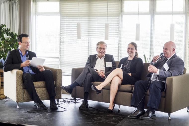 Lors de la portion talk-show de l'événement, l'animateur Martin Bisaillon (à gauche) et ses invités nous ont fait voir le programme de bourses sous différents angles. Sur la photo: Rémi Quirion, scientifique en chef du Québec, Farah Lizotte, étudiante boursière 2014-2015, et René McKay, directeur général de l'Association de la sclérose en plaques de l'Estrie, un des organismes donateurs du programme.