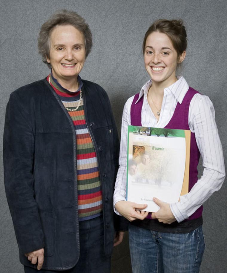 Céline Garant, doyenne de la Faculté d'éducation, et Marie-Claude Archambault, récipiendaire de la bourse Monseigneur-Irénée-Pinard d'une valeur de 1000$.