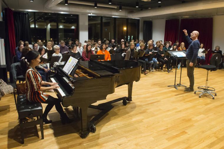 L'Ensemble vocal sous la direction du professeur Robert Ingari était en répétition lors de la remise de bourse.