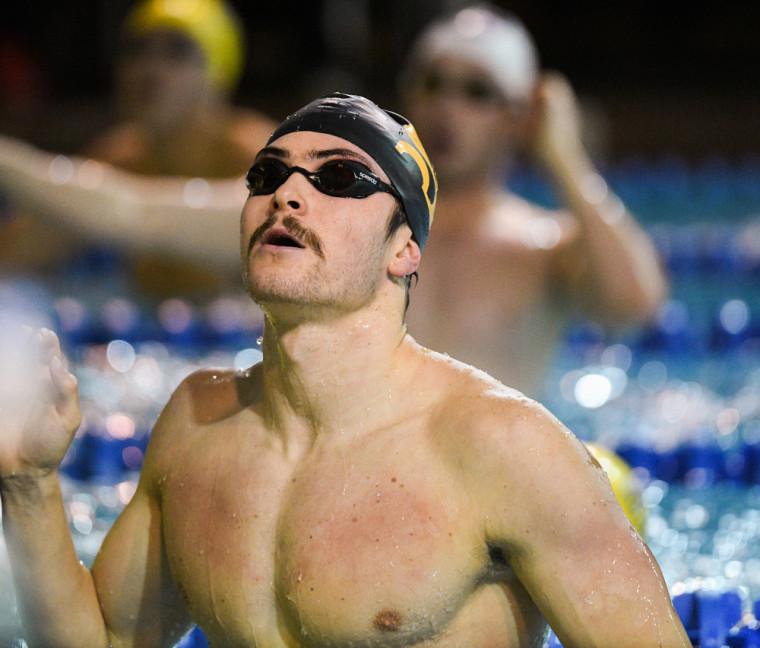 Jonathan Naisby au terme de l'une des quatre épreuves auxquelles il a pris part lors des récents Championnats U Sports de natation, à Toronto.