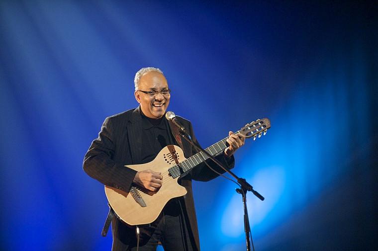 Le professeur Raymond Duperval a chanté, s'accompagnant à la guitare.