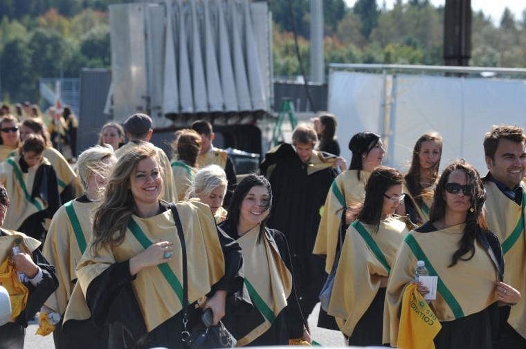 Quelques diplômés de la cohorte2011, au sortir de la cérémonie principale.