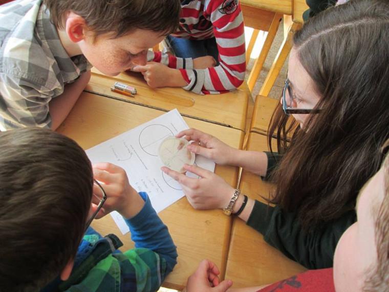 Des étudiants en biochimie de la santé ont exploré lemonde des micro-organismes avec des enfants du primaire.