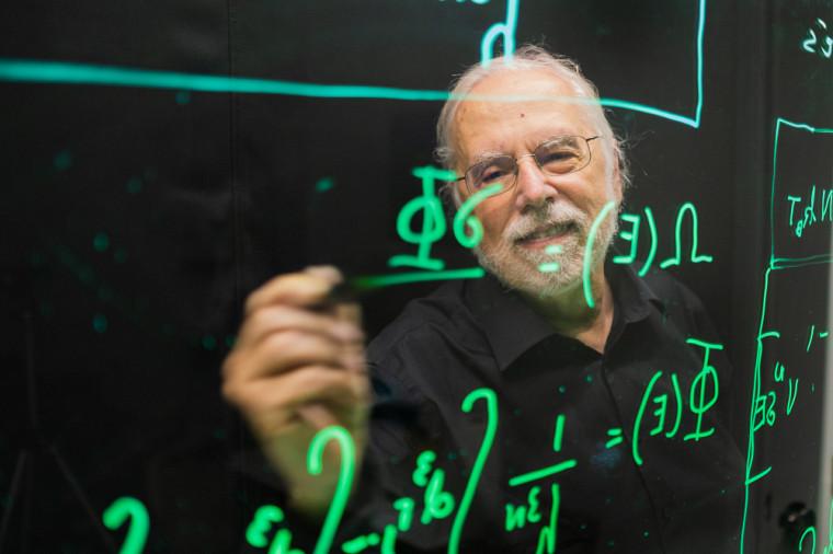 Le Pr de physique André-Marie Tremblay a recours à un tableau lumineux pour favoriser la compréhension de concepts, lors d'une séance qu'il anime depuis sa demeure.