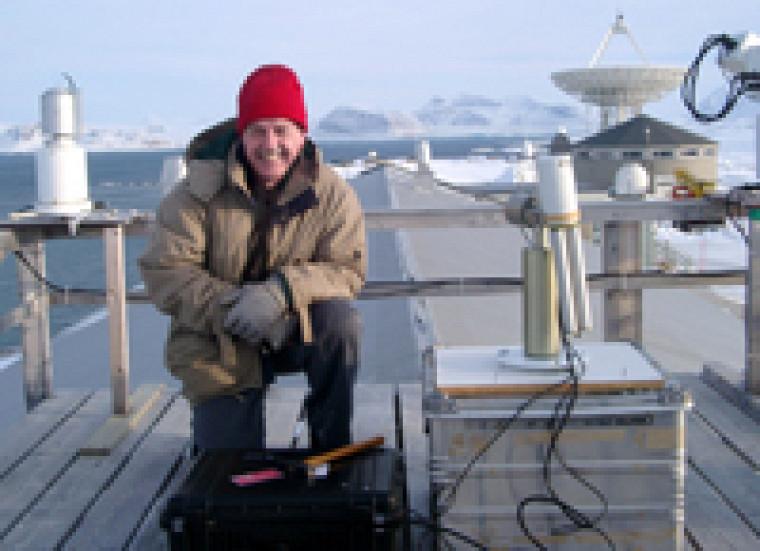 Dans le cadre de l\'Année polaire internationale, le professeur Norman O\'Neill de l\'Université de Sherbrooke étudiera l\'effet parasol des aérosols sur les changements climatiques, au nouvel observatoire atmosphérique PEARL installé à Eureka au Nunavut. Il sera accompagné du professeur Alain Royer, spécialiste de l\'évolution du réchauffement climatique.   Photo : Jim Freemantle