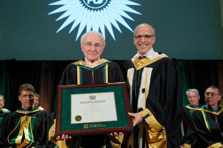 Le nouveau docteur d'honneur Jean Richard en compagnie du recteur Pierre Cossette.