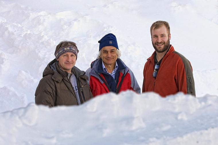 Patrick Cliche, ingénieur de recherche au CARTEL; Alain Royer, professeur au Département de géomatique appliquée, et Alexandre Langlois, postdoctorant à l'UdeS.