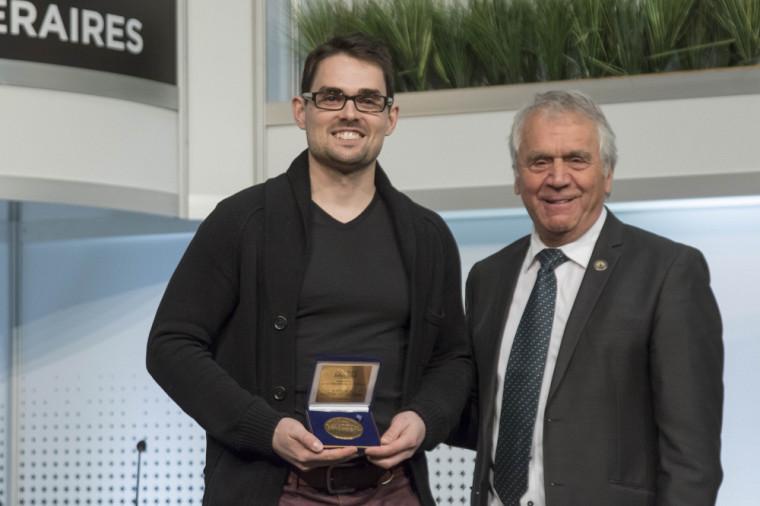 Olivier Guimond, lauréat du Prix de la Fondation Jean-Charles-Bonenfant 2018, en compagnie du vice-président de l'Assemblée nationale, le député François Gendron.