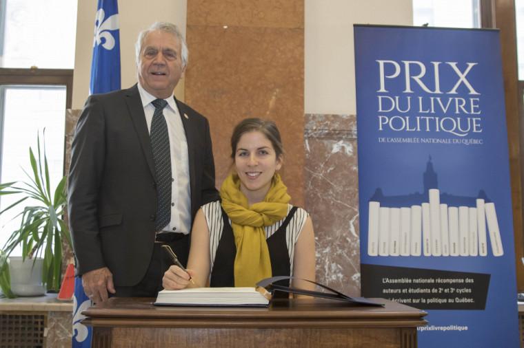 Josianne Dubé, finaliste pour le Prix de la Fondation Jean-Charles-Bonenfant 2018, en compagnie du vice-président de l'Assemblée nationale, le député François Gendron.