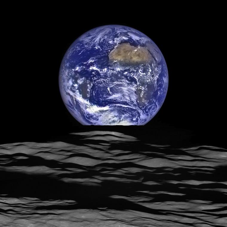 Représentation d'échelle du tour de force réussi par le groupe de recherche du professeur Boisvert. L'image, captée par le Lunar Reconnaissance Orbiter (LRO) de la NASA, met en scène la surface lunaire avec la Terre en arrière-plan.