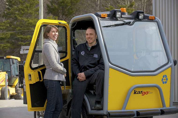 Mariane Maltais-Guilbault et Nicolas Vincent et le véhicule dédié au ramassage du compost à l'UdeS
